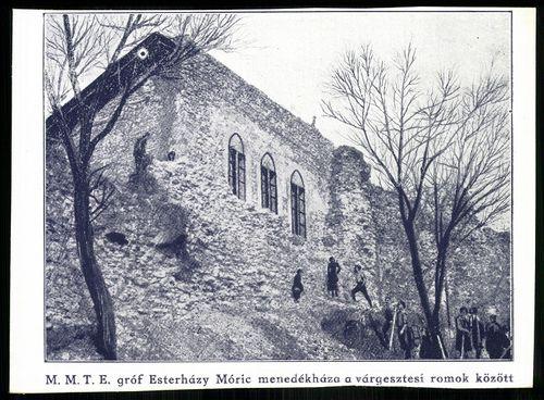 Várgesztes M. M. T. E. gróf Esterházy Móric menedékháza a várgesztesi romok között